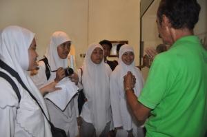 guide sedang menjelaskan isi Museum Fatahillah